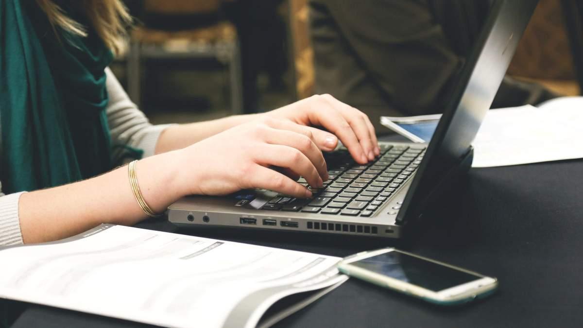 Как будут распределять ноутбуки между школами: перечень по областям