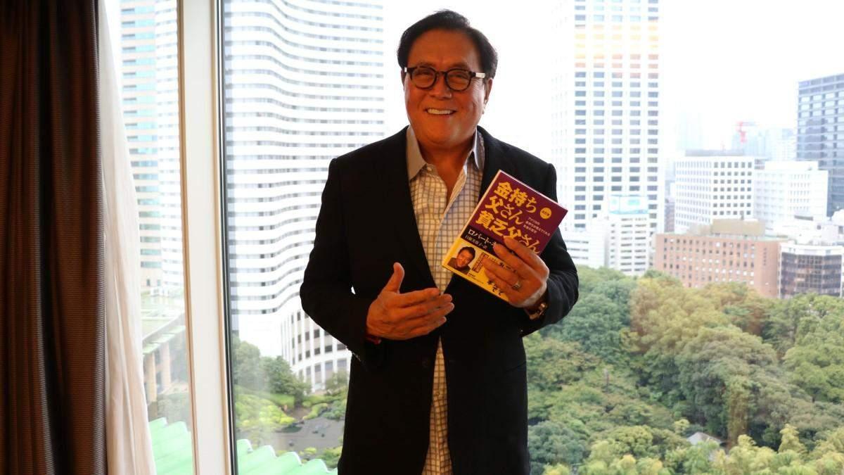 Роберт Кійосакі зі своєю книгою