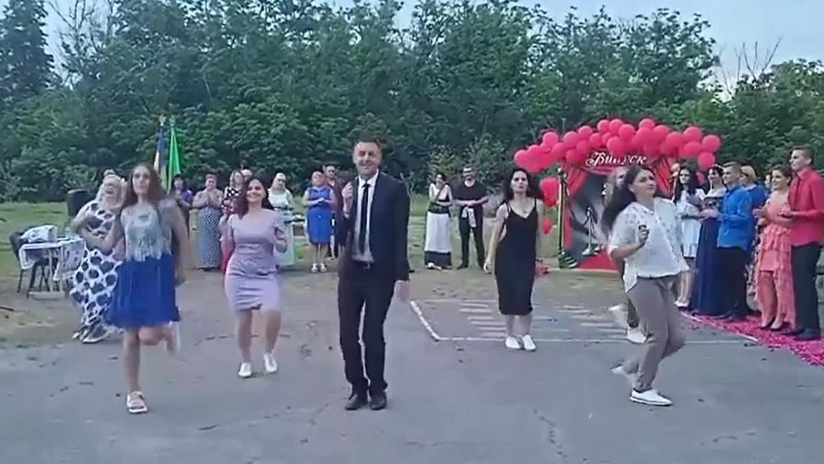 Вчитель з Полтавщини підкорив мережу танцем із випускниками: відео
