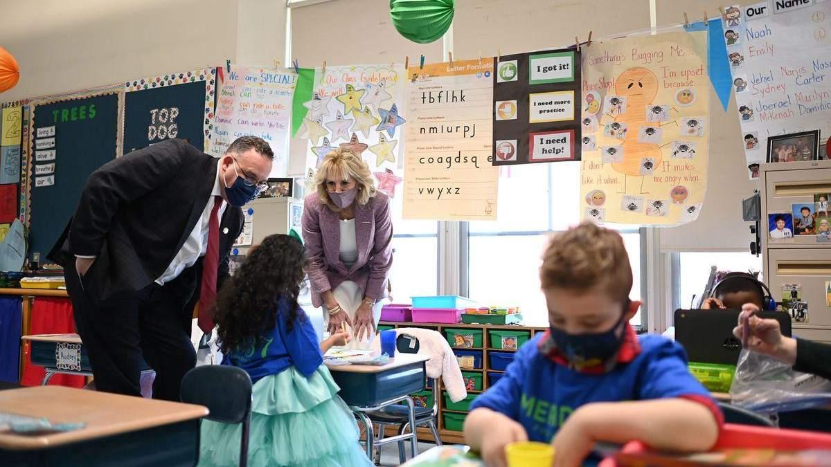 В США невакцинированный учитель вызвал вспышку коронавируса в школе
