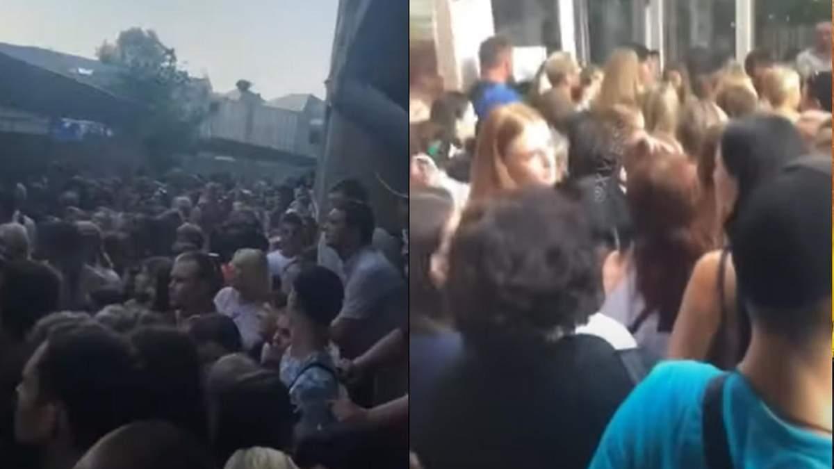 Стояли в очереди без масок и под палящим солнцем: в Одессе скандал из-за заселения студентов