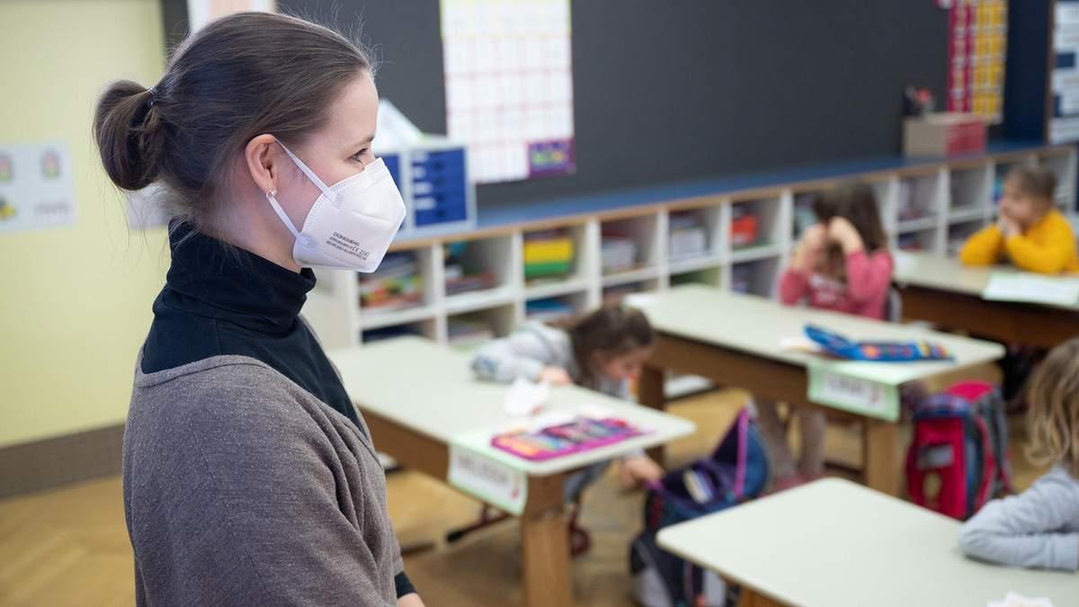 Школи не мають знати прізвищ вакцинованих вчителів, – освітній омбудсмен - Україна новини - Освіта