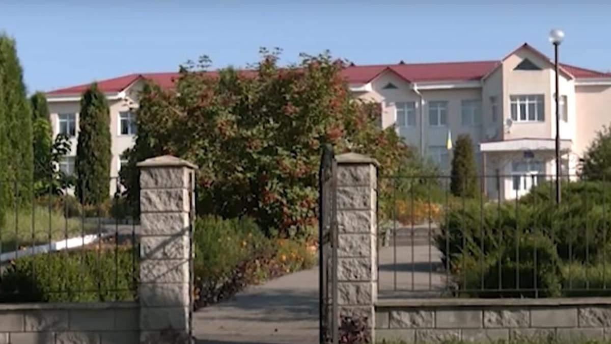 Школа на Ровненщине отменила 10 класс и не пускает старшеклассников: родители подали в суд
