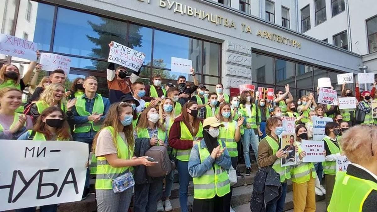 В Харькове студенты и преподаватели протестуют против объединения вузов