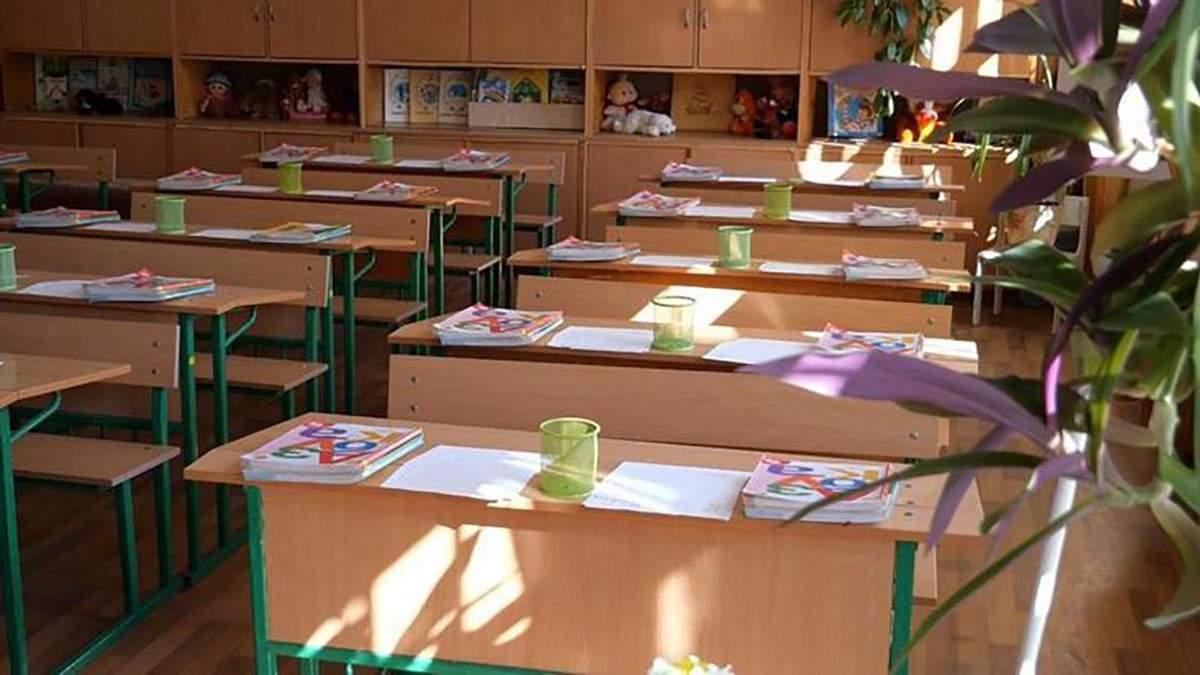 Дистанционка у оккупантов: ученики вынуждены передавать домашку через черный вход или окна школы
