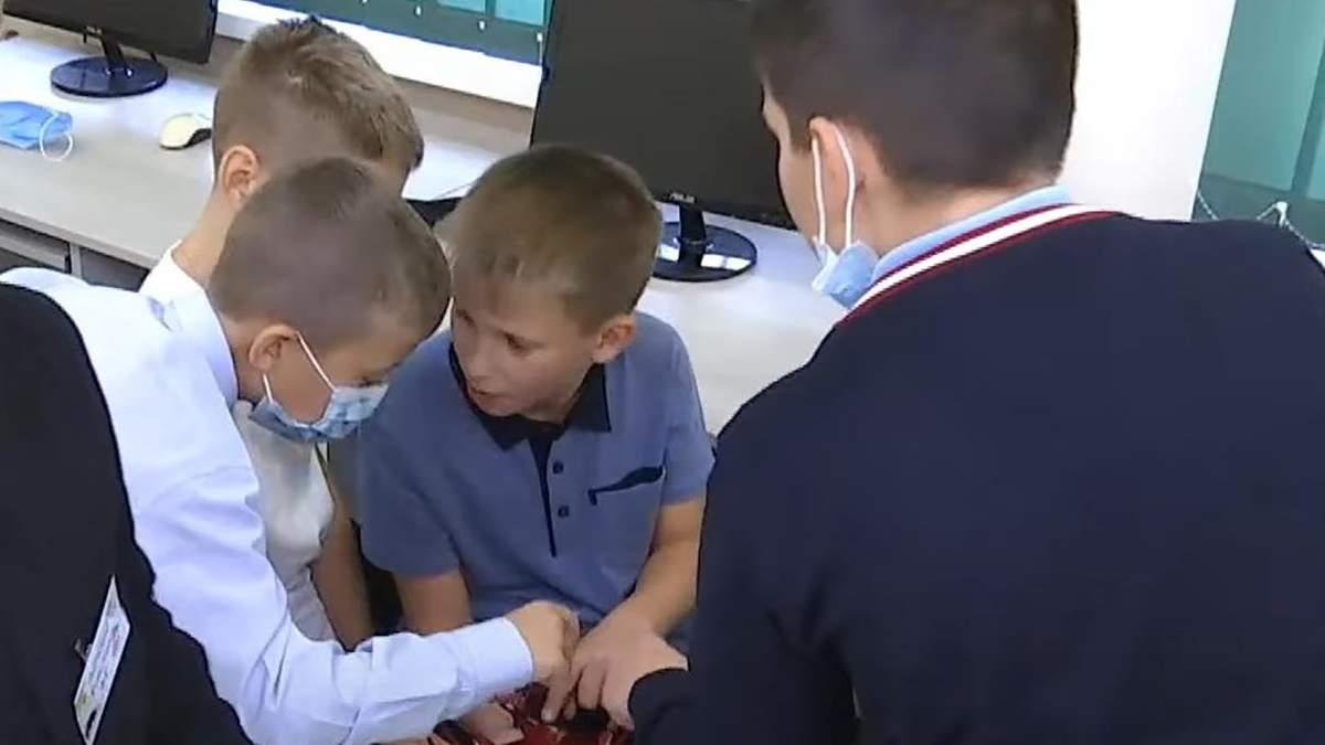 Увлекаются 3D-принтерами и дронами: в нескольких школах Киева дети получают STEM-образование