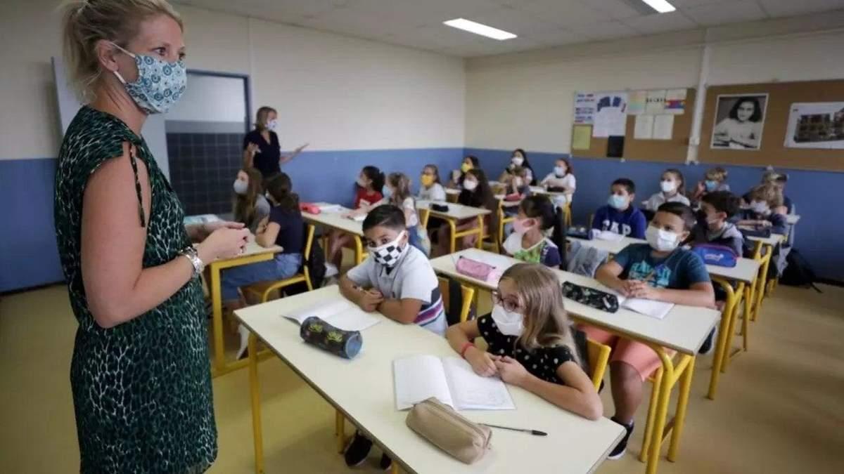 Ученики не будут идти на самоизоляцию из-за больных COVID-19: во Франции проведут эксперимент