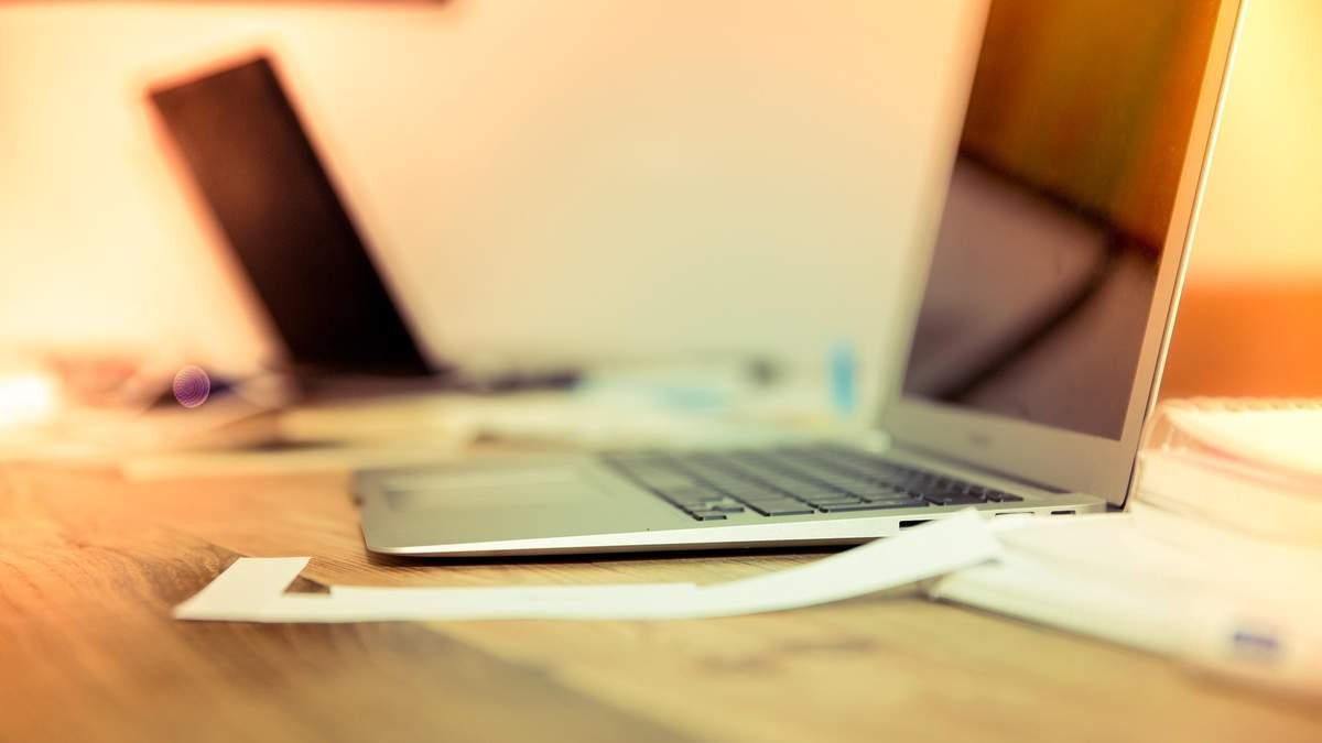 Вчителі не отримають ноутбуків для дистанційного навчання як мінімум до зими - Україна новини - Освіта
