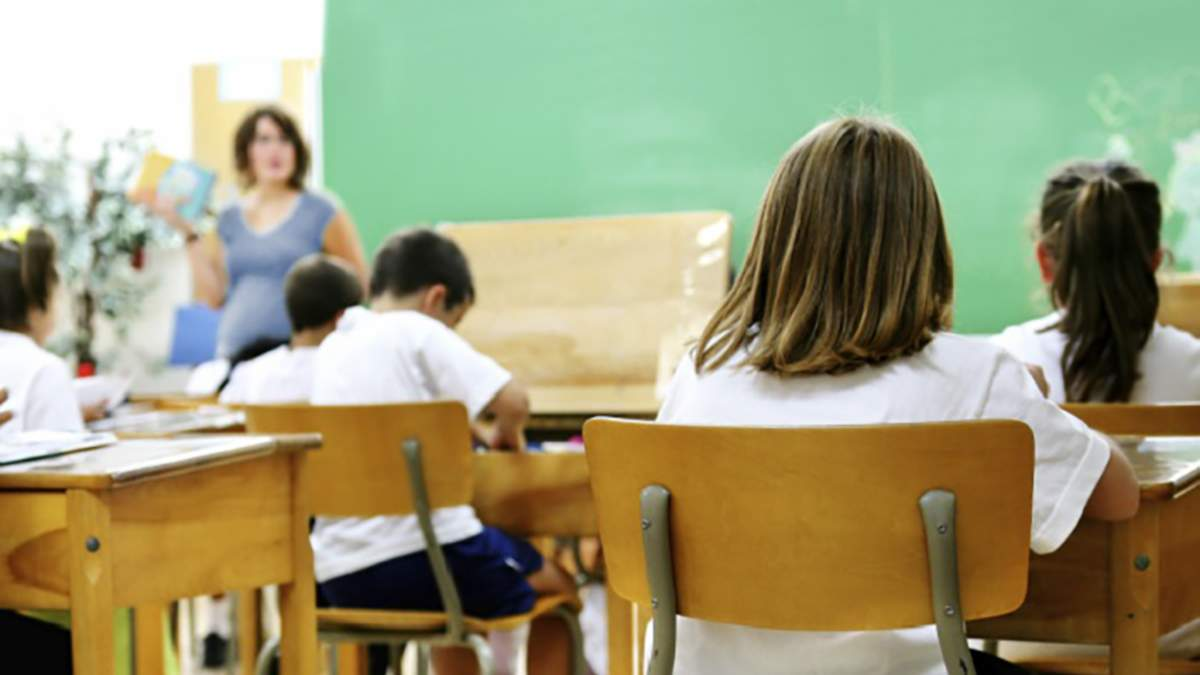 Скорочений день та подарунки: батьки обурюються тим, як у школах святкують День учителя - Україна новини - Освіта
