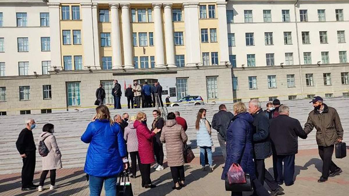 У Білорусі повідомили про мінування вишів та шкіл: поліція евакуювала студентів та учнів - новини Білорусь - Освіта