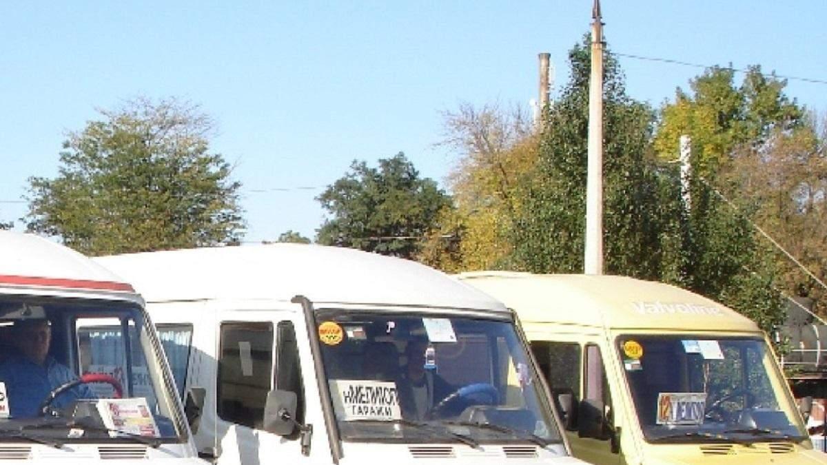 Выгнали из трех маршруток: в Мелитополе отказались везти школьницу, требуя COVID-справку