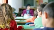Затравила ученицу: учительница требовала от детей подписи родителей, чтобы получить доплаты