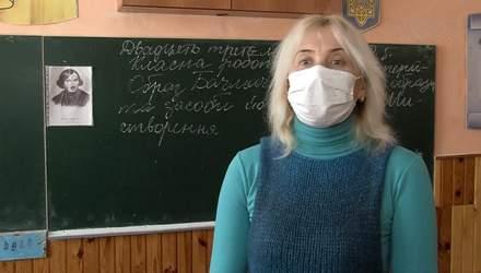 Вчителька вилізла на парту, щоб розповісти дітям вірш Маяковського: відео