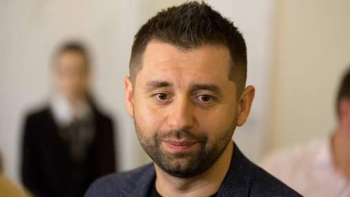 """Не показало ли голосование за отставку Рябошапки раскол в """"Слуге народа"""": мнение Арахамии"""