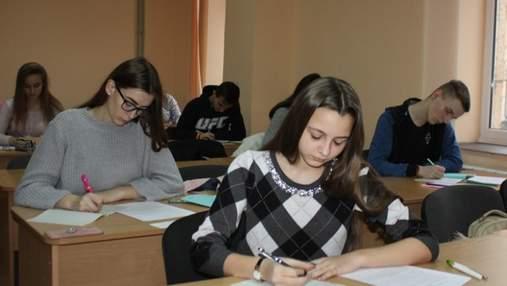 В українських школах учнів навчають на 11 мовах, в тому числі і російською, – Шкарлет