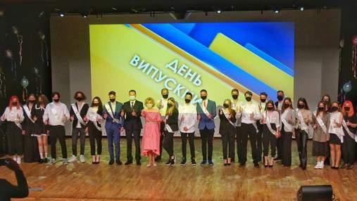 В Украине начали проводить последние звонки: со школой попрощались выпускники Киева – фото