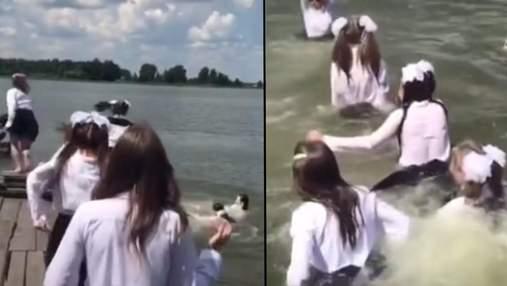 В школьной форме – в озеро: на Ровненщине ученицы оригинально отпраздновали последний звонок