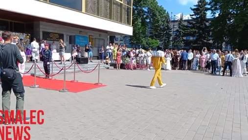 У Луцьку золотий медаліст прийшов на вручення у костюмі пива: фото