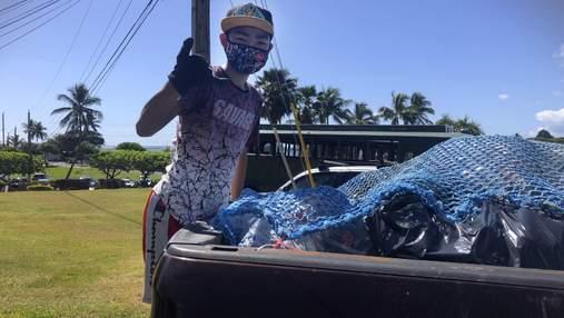 На Гавайях подросток собирает и сортирует мусор, чтобы оплатить обучение в колледже бедным детям