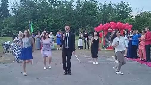 Учитель с Полтавщины покорил сеть танцем с выпускниками: вирусное видео