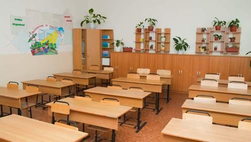 На Херсонщині під час шкільних зборів батьки побили заступницю директора до втрати свідомості