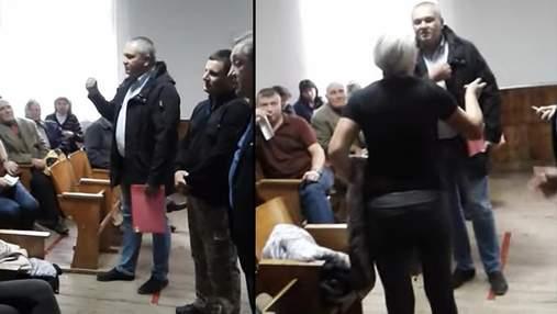 """Скандал на Буковині: директор ліцею назвав жінку """"затичкою"""", а учнів порівнював з товарами"""