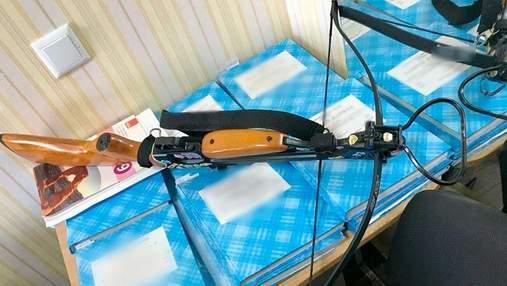 У Полтаві дівчина біля школи стріляла з арбалета та поранила двох вчителів