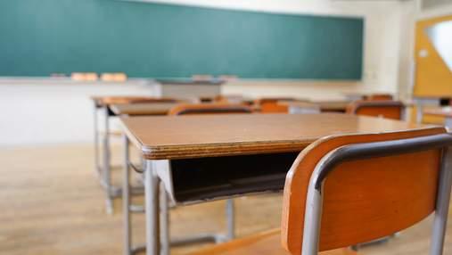 В России директор школы вырвал у 8-классника серьгу из уха и обозвал его геем