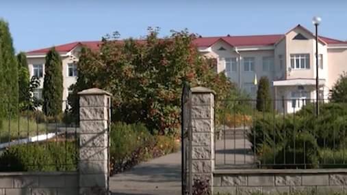 Школа на Рівненщині скасувала 10 клас та не пускає старшокласників: батьки подали до суду