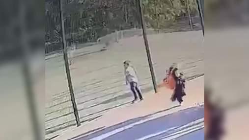 Оприлюднили відео падіння футбольних воріт на хлопчика в Харкові