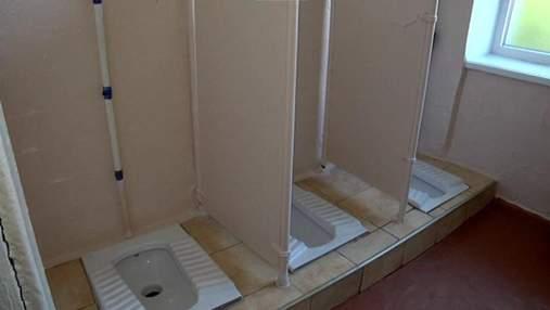 Парни подглядывают за девушками: в Червонограде школьники вынуждены ходить в туалеты без дверей