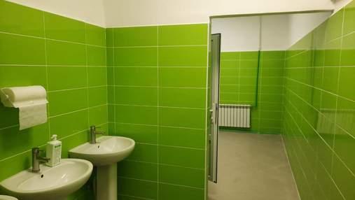 В туалетных кабинах одесских школ установят двери