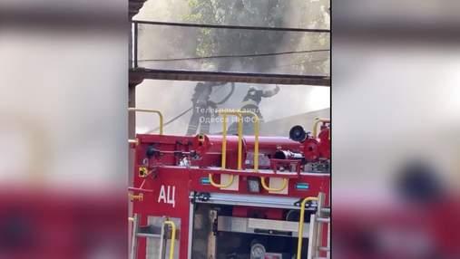 Спалахнула будівля приймальної комісії Одеського вишу: відео з місця пожежі