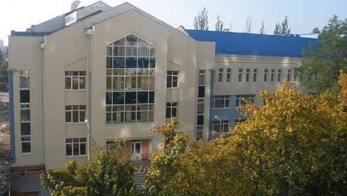 Грибок и трещины в школе: в Киеве родители жалуются, что их дети учатся в ужасных условиях