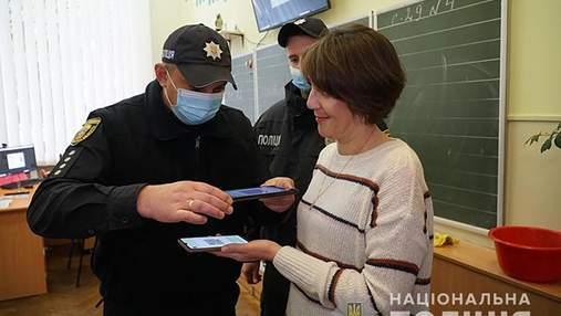 В школах Тернополя полиция начала проверять сертификаты о вакцинации: фото